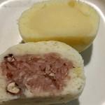 菓子処 おかふじ - 「じゃがバタ饅頭」と「赤飯饅頭」、断面