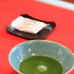 Kyoutotsuruyakakujuan - 店内で。冷たいお抹茶と屯所餅