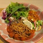 タニタカフェ - 一汁五菜健康プレート:季節の有機野菜とひじき入りハンバーグ レモン仕立ての夏野菜トマトソース、鶏挽き肉と野菜で炊いたもち麦、有機野菜のサラダ、惣菜3種、和だし野菜スープ2