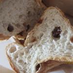 天然酵母パン 味取 - レーズンの食パン、カット