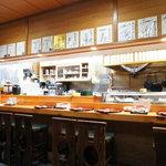 江戸前 松栄寿司 - こちらがカウンター席。有名人のサインがいっぱいありますね~★