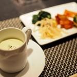 BULLS - アボカドの冷製スープとキムチとナムルの盛り合わせ