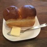 アクイーユ - 暖かいパンが最高‼️                フレンチやイタリアンでは普通おかわり無料が多いのですが、ここは有料になったので、もう頼まなくなりました
