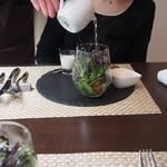 グリーチネ - 前菜のサラダにお出汁を注いで