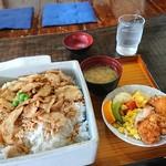 鶏の伊藤 - 鶏飯定食800円特大プラス300円と、メロンソーダ260円(全て税込)
