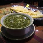 ムガルパレス - 日替りカレー(ほうれん草とチキンのカレー)のセット。ナンはチーズナンに変更。