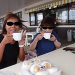 んまがぬ家 - 風が通るテラス席で食後のコーヒー