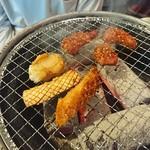 肉稀組 - ホルモン焼き焼き中