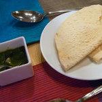 ミルチマサラ - パパド(インドせんべい)。グリーンチリをつけて頂きます。
