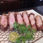 とんかつ マンジェ - 静岡県から来られた方が注文した「ラージイベリコ豚とんかつアップ!」美味そうです。
