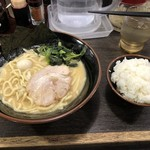 壱角家 - 家系ラーメン(醤油・普通)+ライス