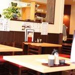 讃岐うどん 讃久 - テーブル席で落ち着いて饂飩を食べることができる広い店内