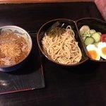 89640054 - 野菜つけ坦々麺(880円税込)。茹でキャベツ、茹でモヤシ、キュウリ、トマト、ゆで玉子、レモン付き。