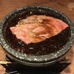東京肉割烹 西麻布 すどう - 和牛霜降りサーロイン〜卓上岩板すき焼き〜 のサーロインすき焼き