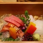 89658306 - 塩釜の鮪、和歌山の金目鯛炙り、剣先いか、淡路の真鯛の盛合せ