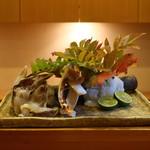 89660637 - 立派な皿に盛られた、とり貝、早松茸、鱧