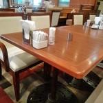 ロイヤルホスト - [内観] 店内 テーブル席 ③