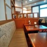椿屋 - [内観] 店内 テーブル席 ①