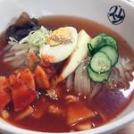 平壌冷麺食道園 - 冷麺大辛 普通盛り 辛味はあるもののスープの旨味に馴染むのかとんがった印象はなく美味しくいただきました。麺の弾力がもっちもちです。韓国冷麺よりも太いような。食べ応えがありました。
