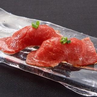 絶品の生ユッケや肉寿司ございます!!