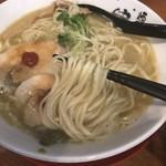 89670964 - 純鶏白湯らーめん(800円)麺リフト