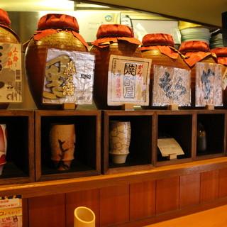 厳選の焼酎・日本酒。月替わりの前割り焼酎でまろやかな時間を。
