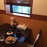 讃州製麺 - ほとんどのテーブル席にソース・醤油・七味が置いてありました