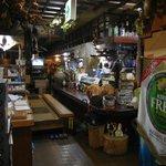 居酒屋 守礼 - 雑然とした店内もまた、老舗居酒屋の雰囲気を出している