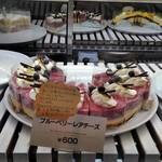 喫茶&軽食 ブリヤン カフェ - [料理] この日頂いた ケーキ (ショーケース内)