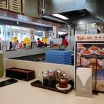 餃子の王将 - カウンターから横のカウンターを見る。