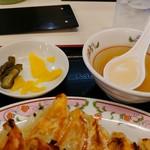 餃子の王将 - スープ&漬物。
