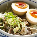 東京発祥豚骨ラーメン 哲麺縁 - まかない丼 300円 きざみチャーシューときざみネギにネギダレをかけて、味玉も1個入っています。