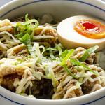 東京発祥豚骨ラーメン 哲麺縁 - 人気の唐揚げ丼です。きざみノリにきざみネギ、ネギダレに、マヨネーズ。味玉も乗ってダブルでおいしい。300円です。これだけでもご注文OKです。