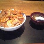 中華シゲタ - 肉丼大盛り¥700 横のスープのお椀は普通盛りについてくるものと同じサイズ