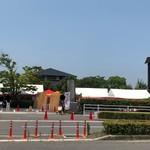 89703841 - この日は祝日でお祭りをやっていて店前が大混雑だったので、遠くから外観を撮りました。笑