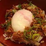89709988 - 生姜が効いた牛肉のしぐれ煮、温泉玉子や葱を好みでトッピングする肉玉ご飯