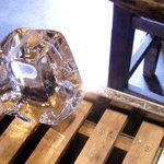 三宅商店 - <8月>店内におかれた氷柱