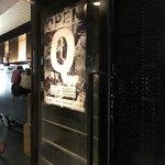 Standing Wine Bar Q - 入口の扉
