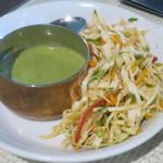 バンゲラズ キッチン - タンドリーチキン用のタレとサラダ