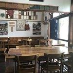 ハイダル - 木の雰囲気のカフェ風の店内