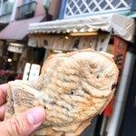 89721884 - 【2018年07月】鯛焼@150円、店舗をバックに。