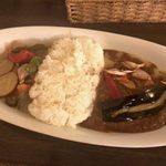 MOMO curry - 「欧風カレー&グリーンカレーの合いがけ」1,400円+「ハンバーグ」360円