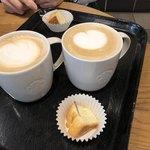 スターバックス・コーヒー - ホットラテのショート、バターミルクビスケット