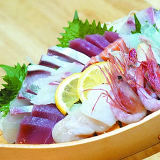 """社長が目利きした新鮮な魚介が楽しめる""""お造り盛り合わせ""""が◎"""