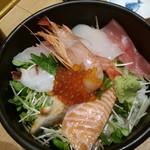 海鮮丼の駅前 - 海鮮丼上890円 海鮮密度低い