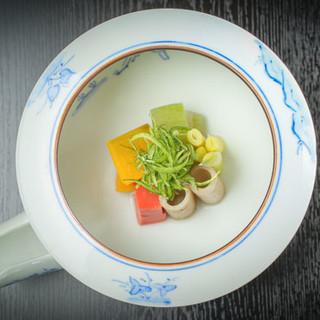 京の伝統と技術に裏打ちされた日本料理を、昼・夜のコースで