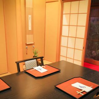石畳に佇む小さな角行燈が導く、京町家の趣あふれる空間