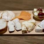 クアトロ ワイン バー - チーズ盛り合わせ