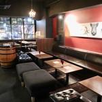 クアトロ ワイン バー - スタイリッシュな大人の空間