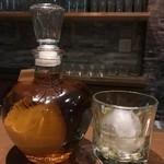 ボマイェ - リンゴが丸ごと瓶に入った見た目も味もインパクトあるブランデーです。他にもウイスキーなど色々扱っております!